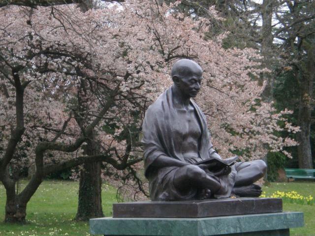 Ich achte und respektiere ihn zutiefst ... und bewundere sein Leben - Das Leben von Mahatma Gandhi.  I honor and respect this man from the depth of my heart - his live was his message. I'm talking about Mahatma Gandhi.