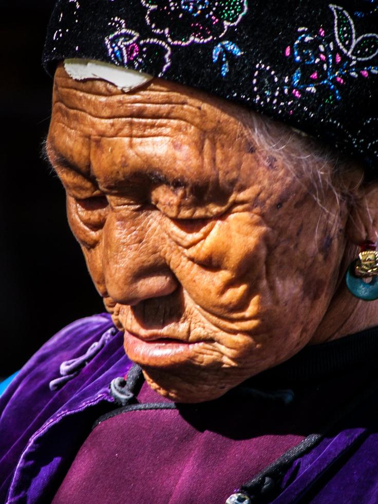 1 van de hoofdrolspelers Bo Xiang is een oude maar extreem rijke Chinese vrouw  die niets tekort komt in het leven buiten de schoonheid zelf ze heeft het dwergsyndroom of toch iets dat er op lijkt een verschrompeld gezicht en pek zwarte wenkbrauwen die in contrast staan met fel rode lippen en de eeuwige glimlach die zijn beste tijd ook al heeft gehad