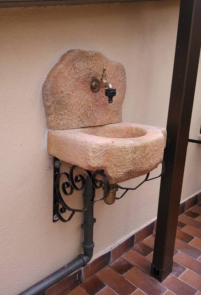 Lavello da giardino modello Braies, con frontale modificato, colore: pietre del borgo. Località: Genzano di Roma.