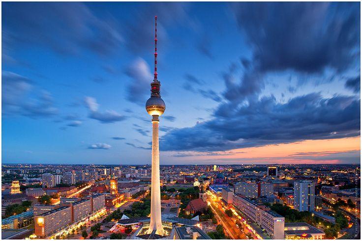 Fernsehturm -- Berlin Alexanderplatz-- Der Berliner Fernsehturm ist mit 368 Metern das höchste Bauwerk Deutschlands und das vierthöchste freistehende Gebäude Europas. Im Jahr der Fertigstellung war er der zweithöchste Fernsehturm der Welt. Wikipedia Architektonische Höhe: 368 m