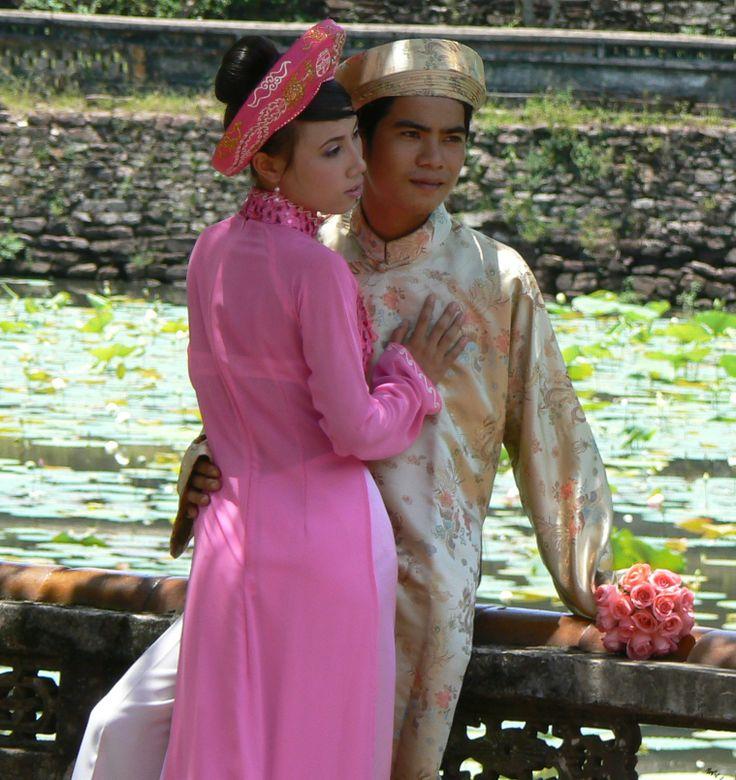 """#SPOSI IN #VIETNAM: L'#Áo  #dài è un #vestito #tradizionale #vietnamita principalmente femminile,consiste in un abito di seta stretto ed aderente, indossato sopra i pantaloni. L'abito equivalente maschile, chiamato áo gấm (""""vestaglia broccata""""), viene indossato in occasioni di matrimoni o ricorrenze."""