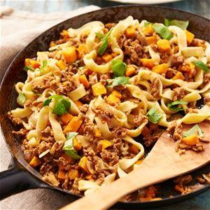 Tagliatelle met zoete aardappel, basilicum en Italiaans pastagehakt