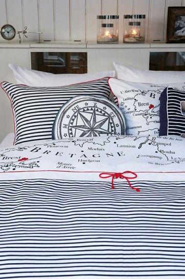 Cuscini e lenzuola in stile nautico - Biancheria con cartine geografiche per arredare la camera da letto stile marina dal fascino nordico.