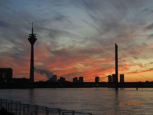 Skyline Düsseldorf am Abend