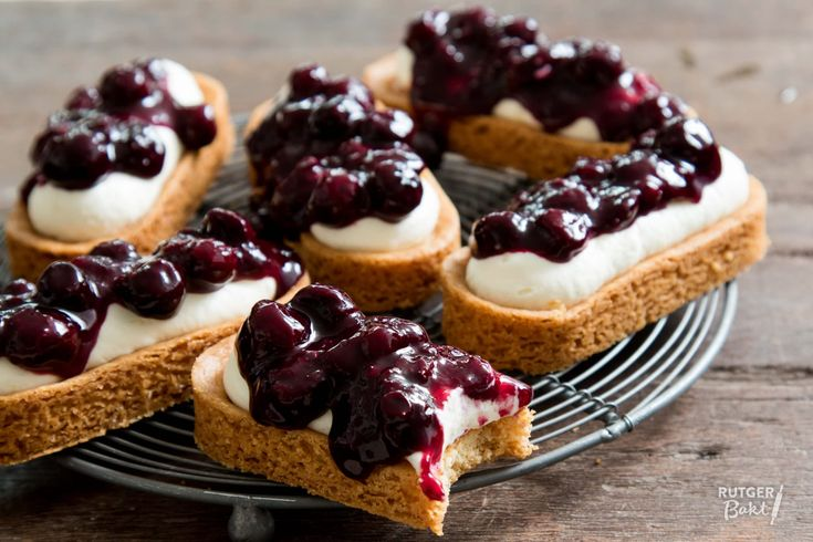 Deze mini cheesecake-slofjes zijn onweerstaanbaar lekker! Het frisse cheesecake-mengsel gaat goed samen met de sloffenbodempjes en de blauwe bessen.