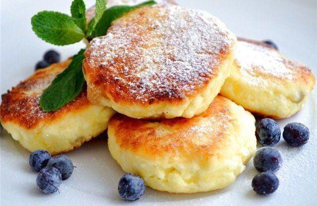Auf folgende Seite finden Sie den Rezept für kalorienarme Quarkpfannkuchen ohne Mehl. Die sind sehr lecker und gesund und passen perfekt zum Frühstück.