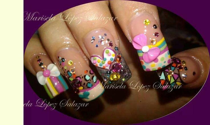 Aún continúa de moda el estilo sweet candy. Lindos moños en 3D y Zwarovzky enmarcan éste diseño.