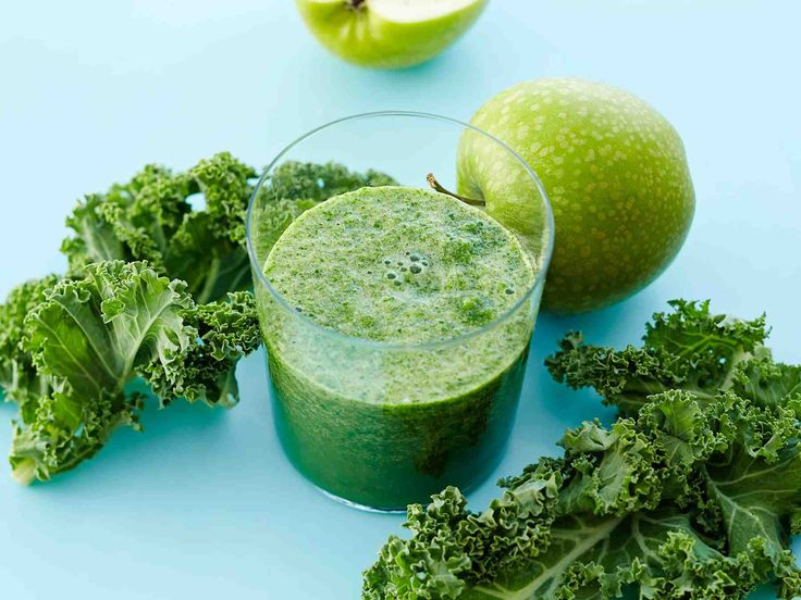 Vihreä voimajuoma syntyy lehtikaalista ja omenasta.