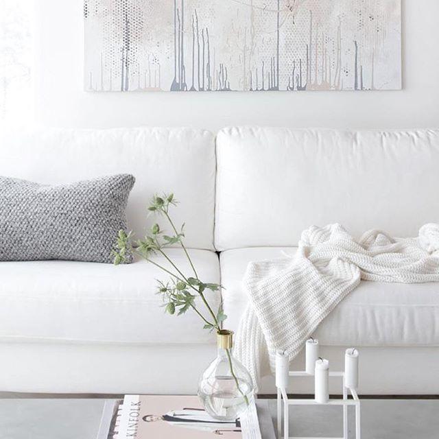 Nós amamos peças de tricot no décor! Na loja online você encontra várias mantinhas e almofadas parecidas com estas da foto, vem conferir! #lolainspirations