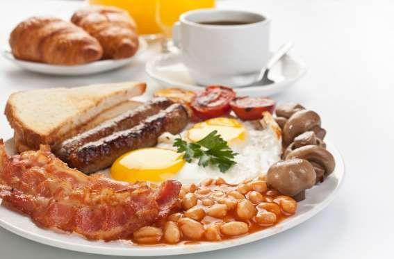 Inglaterra - Um bom café da manhã inglês, além da indispensável xícara de chá, precisa ter salsicha,... - Shutterstock