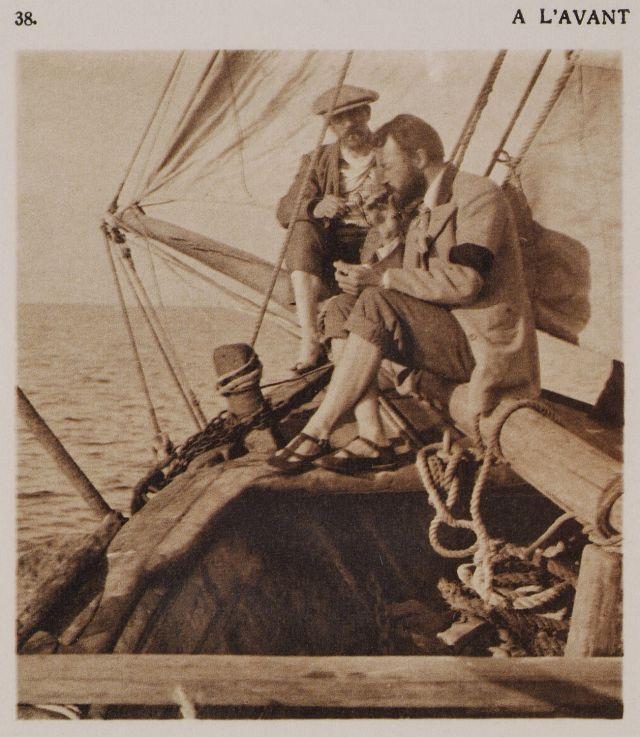 Ο συγγραφέας Daniel BAUD-BOVY,  και ένας ναύτης στην πλώρη του καϊκιού. Πρωτότυπος τίτλος À l'avant. Χρονολογία έκδοσης 1919 Έκδοση BAUD-BOVY, Daniel, BOISSONNAS, Frédéric. Des Cyclades en Crète au gré du vent, Γενεύη, Boissonnas & Co, 1919. Συλλογή Βιβλιοθήκη Ιδρύματος Αικατερίνης Λασκαρίδη www.travelogues.gr