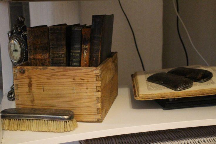 Vanhat kirjat puulaatikossa