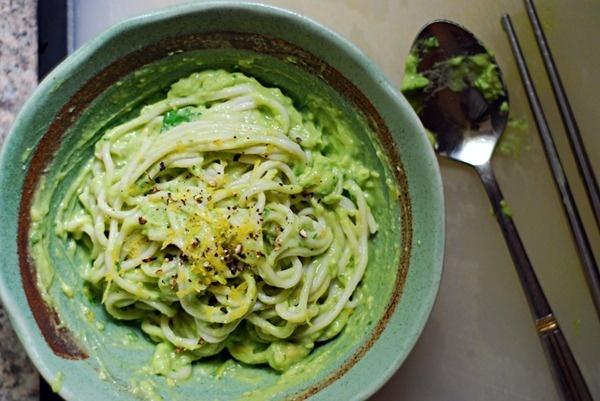 spaghetti con salsa all'avocado