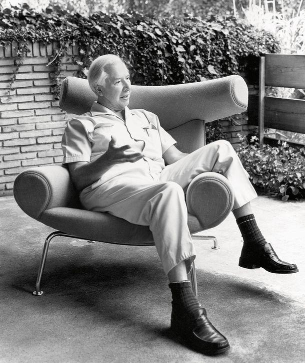 Дизайнер Ханс Вегнер всвоем любимом кресле Ox, которое всегда стояло в его доме. Оно было разработано в 1960 году для APStolen, с 1989 года выпускается маркой Erik Jørgensen.
