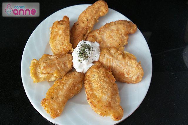 Tavuk Kalamar Tarifi Canım anne mutfağından herkese merhabalar bugün sizlerle çok pratik ve lezzetli bir tarif hazırlayacağız. Tavuk kalamar yapacağız! Denedikten sonra eminim bu tarifin bağımlısı olacaksınız:) Tavuk kalamar malzemeler 400 gr. Kemiksiz tavuk göğsü Sosu için 1 Şişe maden suyu 1 Adet yumurta 1 Çay kaşığı tuz 1 Çay kaşığı kuru nane 1 çay …