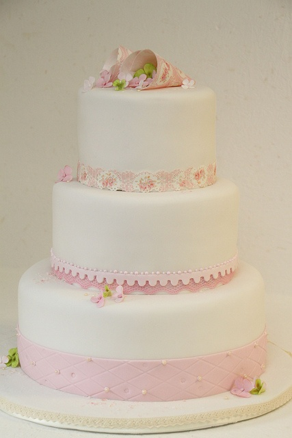 stöckige Hochzeitstorte mit Kleeblättern und Hortensienblüten ...