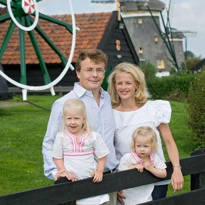 Foto van Prins Friso en Prinses Mabel, samen met hun dochters Luana en Zaria, ter gelegenheid van hun veertigste verjaardagen. Locatie: Molendriegang Leidschendam, Prins Friso is beschermheer van vereniging De Hollandsche Molen, september 2008