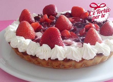 Crostata di mandorle con frutti rossi, #fragole e panna, ecco il #dessert perfetto per ogni occasione.  Clicca e scopri la ricetta...