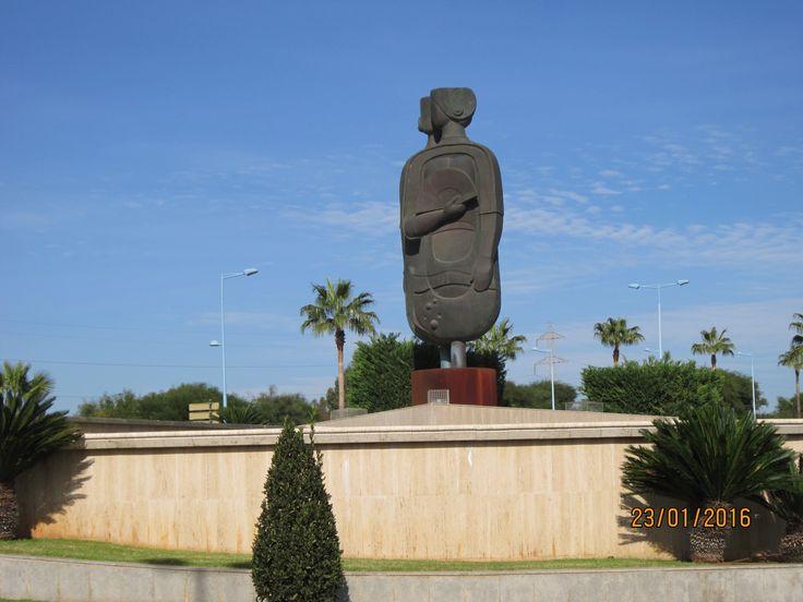 Plano general, obra pública en homenaje a la localidad de Dos Hermanas, realizado por el escultor Salvador García (2005).