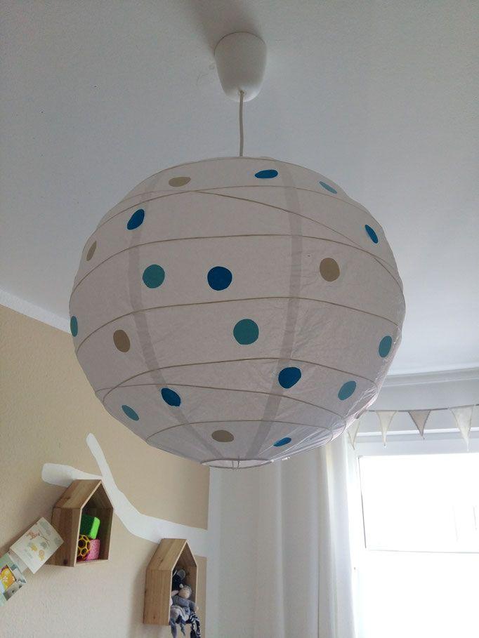 Eine individuelle, einfach zu gestaltende Lampe fürs Kinderzimmer.  Einfach den Lampenschirm (erhältlich z.B. für etwa 2€ im schwedischen Möbelhaus) mit bunten Pappkreisen bekleben. Wenig Aufwand für eine große Wirkung.