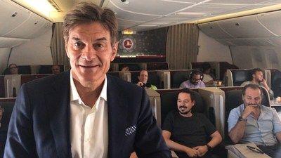 """Receta de vuelo saludable a 30.000 pies del Dr. Mehmet Oz mediante el proyecto Fly Good Feel Good de Turkish Airlines   El productor de """"The Dr. Oz Show"""" marcó el camino conduciendo un programa sorpresa en vuelo sobre alimentación y estilo de vida saludables con los pasajeros del vuelo TK1 desde Estambul hacia Nueva York.   ESTAMBUL Julio de 2017 /PRNewswire/ - Turkish Airlines inició una colaboración con el Dr. Mehmet Oz productor y conductor del programa de fama mundial """"The Dr. Oz Show""""…"""