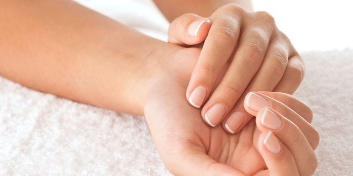 Heb je eindelijk lange nagels, breken ze weer af. We herkennen het! Daarom simpele tips om gezonde en sterke nagels te creëren.