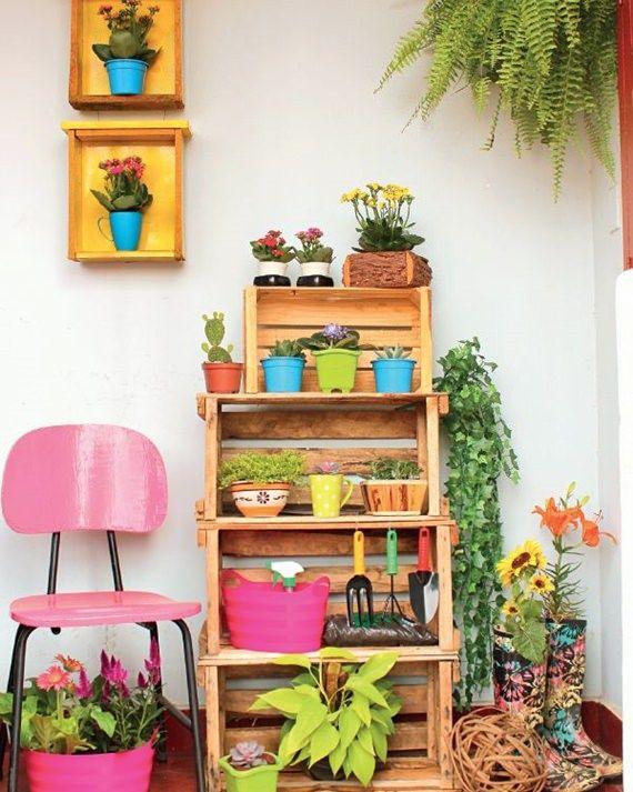 Monte suas plantas na vertical com caixotes! Fica charmoso e descomplicado e ocupa pouquíssimo espaço da sala ou da varanda. Sem contar que o precinho fica super em conta.
