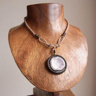 石サイズ 3.0cm×3.0cm長さ 39.0~64.0cm(スライド調節式)装飾 スモーキークォーツ、真鍮うっすらピンクがかった、メキシコ チワワ産ドゥルージーアゲートを使用したネックレスです。