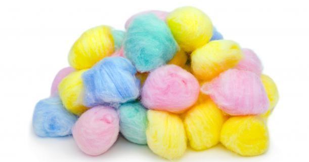 Con algodones se pueden hacer animales sencillos, como un ratón.  Se les pega dos ojos, dos orejas, cuatro patas y una nariz.