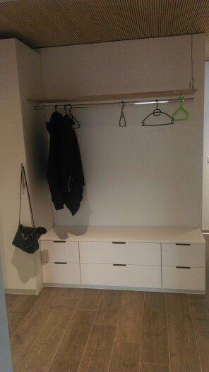 Garderobe mit IKEA Schrank und Kommode. Die Kommode dient als Schuhschubladen. Eichenbrett mit kleiderstange an dickem Drahtseil aufgehängt