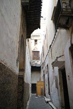 世界遺産フェズのメディナ旧市街モロッコの小路  正直こんなところで一人にされたら間違いなく迷子になってしまう(笑) 流石は世界一の迷宮都市こんなところはガイドに引率されてのツアーが一番だよ  #モロッコ #フェズ #旧市街 #世界遺産 #海外旅行 #ツアー #迷宮都市 #路地 tags[海外]