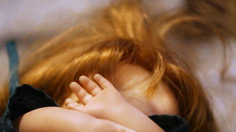 Psykoterapeutti: Lapsen uhkailu, mitätöinti ja jäähylle laittaminen ovat kuritusväkivaltaa Näkemykset eri kasvatuskeinojen vaikutuksista lapsen kasvuun ja kehitykseen muuttuvat uusien tutkimustulosten myötä. Ensi- ja turvakotien liiton psykoterapeutti Kaisa Lumijärvi sanoo, että myös henkinen väkivalta on kuritusväkivaltaa.