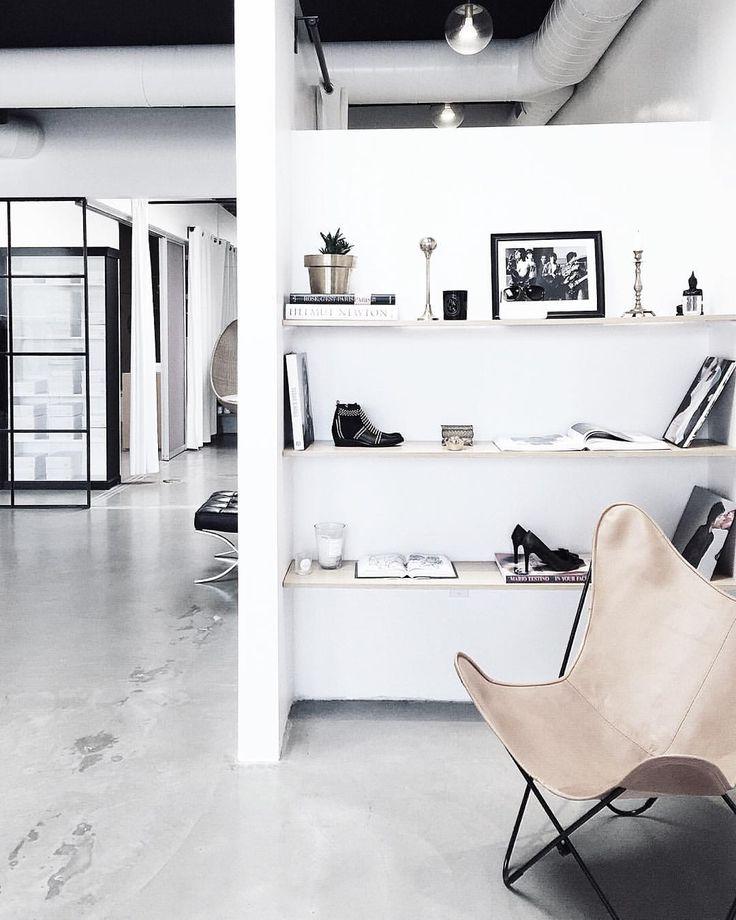 Espaço bem iluminado. Decoração minimalista. Estilo industrial.
