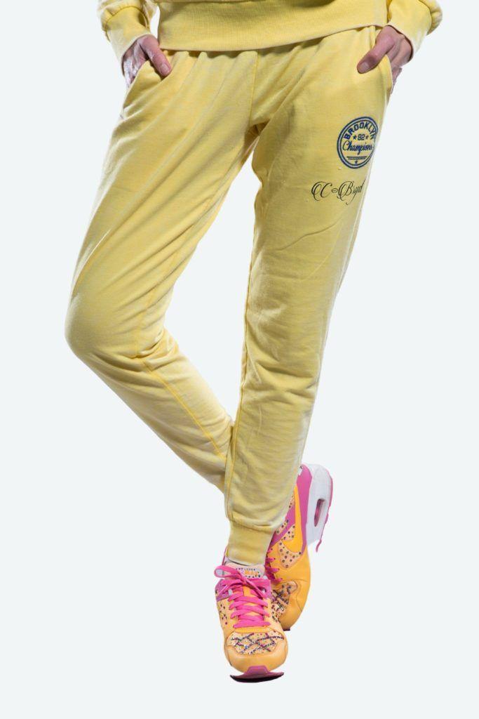 Ensemble Jogging basé sur du tissu vieilli, une couture renforcée et un style définitivement urbain qui ravira les Lady des grandes villes.