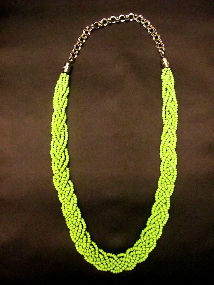 Collar trenzado chaquiras verde limón.