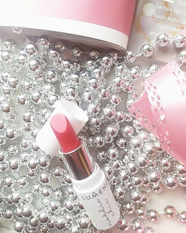 Happy Friday! I can't stop smelling this Lumene lippie it smells like Kinder egg chocolate!  . . . . . . . . #lipstick #lipstick #lippie #makeup #beauty #beautyblogger #beautybloggers #blogginggals #bloggerlife #kauneusblogi #kauneus