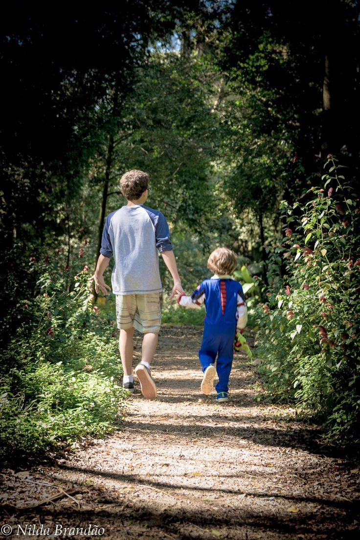 Coisa mais linda dois irmãos caminhando de mãos dadas no parque