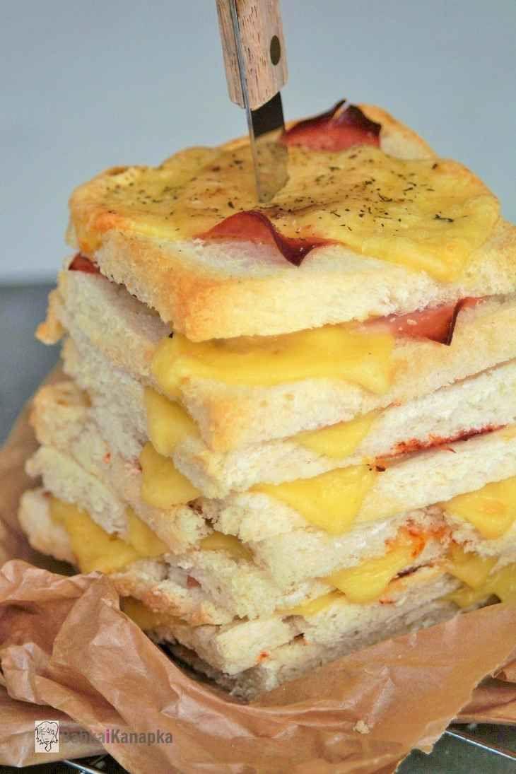 Kanapki z serem i szynką zapiekane w piekarniku zaspokoją największe głodomory.