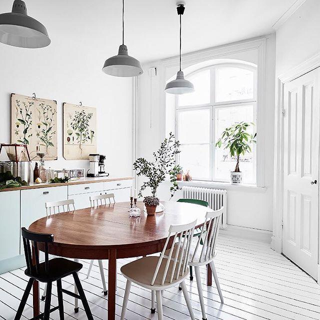 In deze lichte keuken vind je een hele fijne botanische sfeer! Zie link in bio. 🌿 #keuken #kitchen #kuche #kok #interieur #interieurstyling #interieurdesign #bolig #interiors #interiorinspo #interiordesign #interiorstyle #interiordecor #scandinavian #scandinavischwonen #scandinaviandesign #nordic #nordicstyle #nordicdesigns #botanic