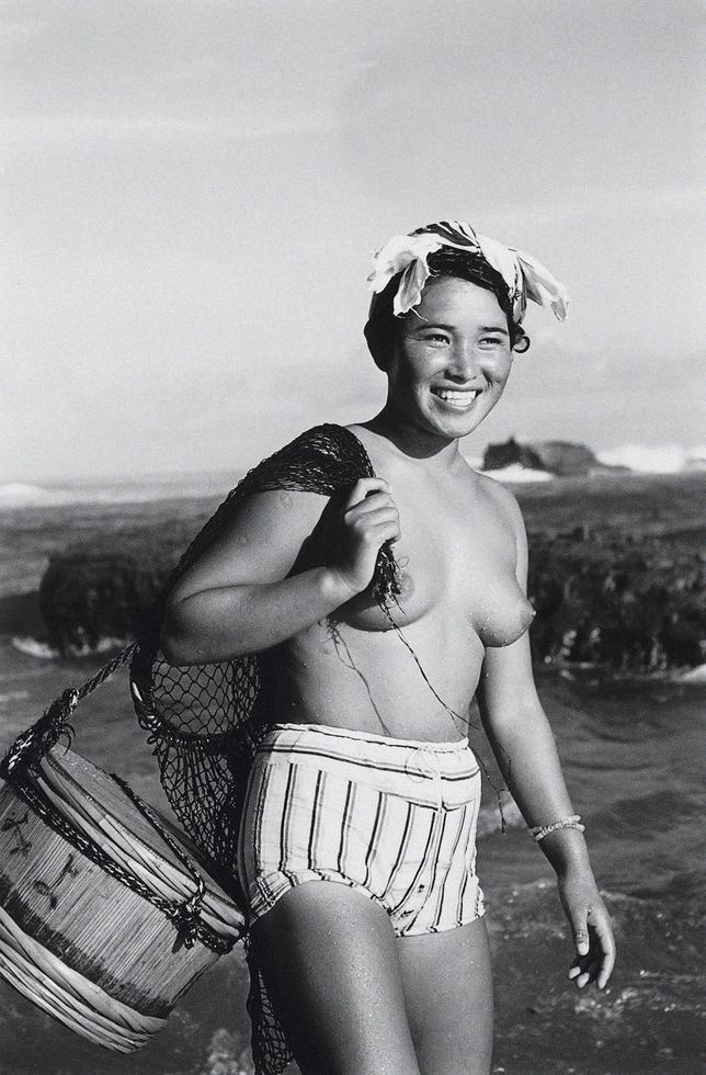 """En 1954, sur la petite île japonaise de Hekura, l'ethnologue et photographe italien Fosco Maraini tombe sous le charme des """"ama"""", des plongeuses en apnée. Un monde aujourd'hui en voie de disparition."""