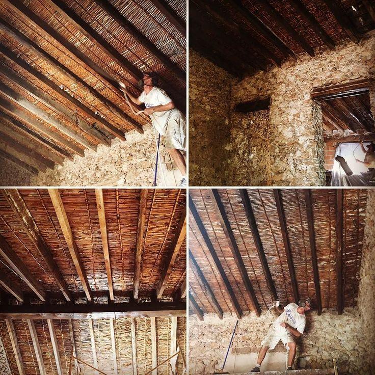 Estamos renovando la estética de este techo-cubierta de no se cuantos años para un proyecto de casa rural es increíble el buen estado en el que se encuentra ahí donde lo veis detrás del cañizo directamente las tejas ni una gotera rústico rústico... #satevipal #satevipalrehabilitación #satevipalpintura #satevipal #satevipalcorchoproyectado #satevipalrestauración #satevipaldecoración Aislamiento y rehabilitación energética SATE