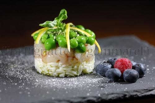 Tartare di gamberoni, piselli al vapore e riso basmati, con pesto leggero di basilico, pinoli e limone