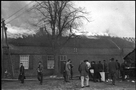 Hoi Henk, bij deze zoals beloofd foto,s van de brand bij mijn schoonouders,Marinus van Eijk gehuwd met Lena Wijnen, Keizer straat 5 mu woont er mijn zwager Willem Boss, de brand is ontstaan door dat er brand uitbrak in het kippenhok van de buren, Piet van de Ven, en deze brand is overgeslagen naar mijn schoonouders, mijn vrouw was destijds 10 jaar oud en is nu 65 jaar, jong!!!!! dus ongeveer 55 jaar geleden de foto,s zijn gemaakt door een van de overburen waarschijnlijk meester van Mierlo…