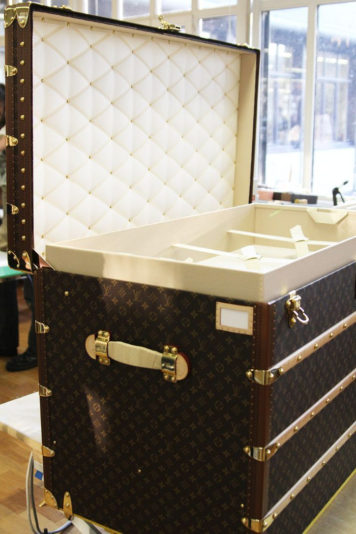 Oh, my goodness...it is gorgeous!! I wonder what is the price for such a trunk?! It reminds me of trunks from classic movies--only it's LV!