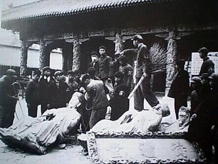 Estudiantes destruyen objetos del templo de Confucio en Shandong con 2000 años de antigüedad