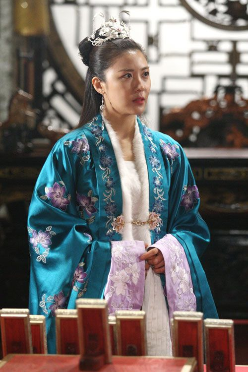 Empress Ki(Hangul:기황후;hanja:奇皇后;RR:Gi Hwanghu) is a South Korean pseudo-historical television series starringHa Ji-wonas the titular Empress Gi.It aired onMBC. The series revolves around  a Goryeo-born woman who ascends to power and later marriesToghon Temür(Emperor Huizong of China) to become anempressof theYuan dynasty.