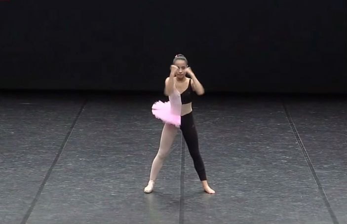 14-jarig meisje combineert hiphop en ballet in een geweldig gave dans