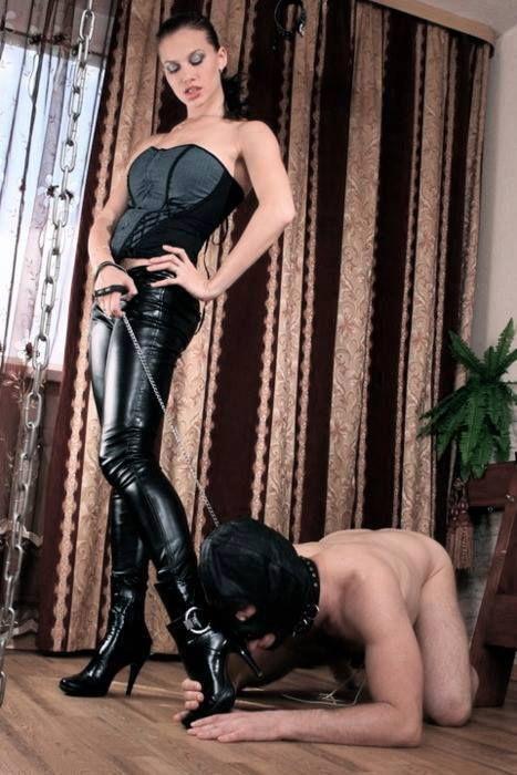 Госпожа в ботфортах пинает раба