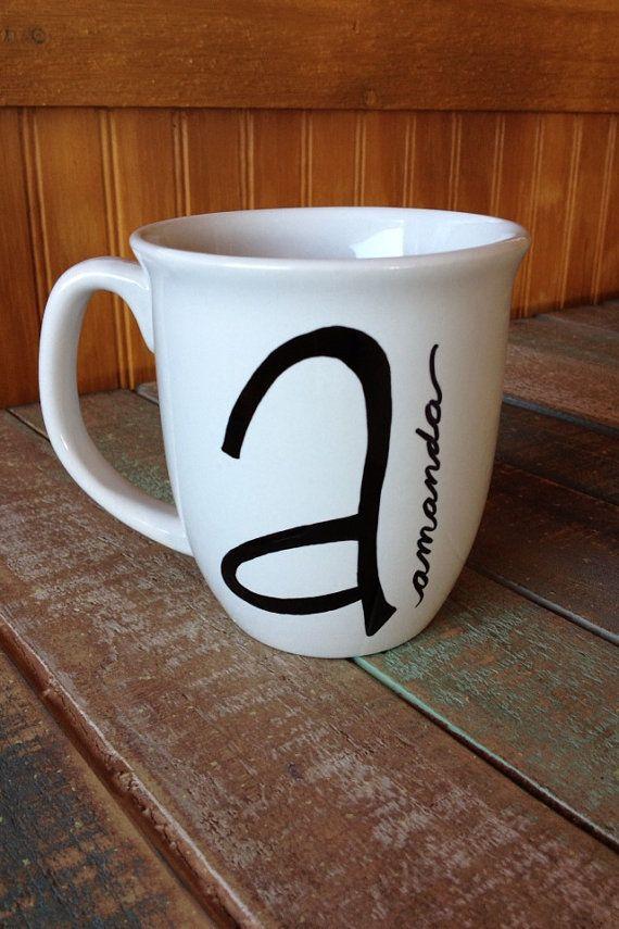 Taza de nombre inicial. Personalizada para usted por AnneAvenue