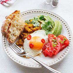 Jajko sadzone na soczewicy z awokado i sałatką z pomidorów | Kwestia Smaku
